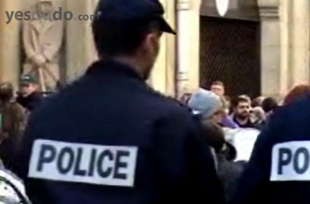 Полицейский возле здания церкви